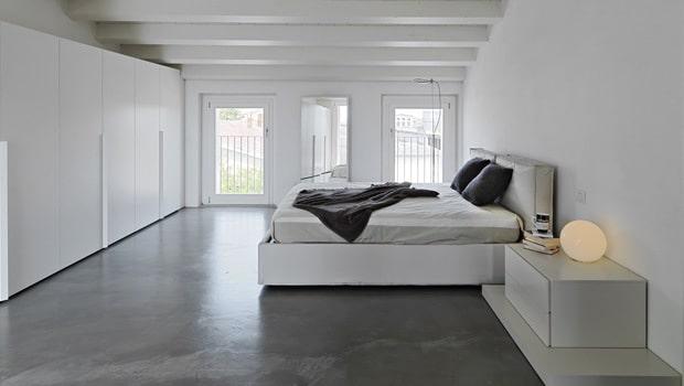 Witte slaapkamer met een grijze vloer in beton - Grijze slaapkamer ...