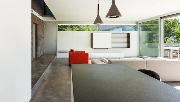 Trap in betonvloer met lange trede | Fotospecial