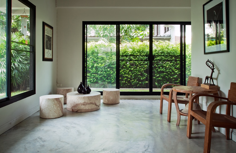 Betonvloer in de woonkamer inspiratie realisaties - Moderne eetkamer en woonkamer ...