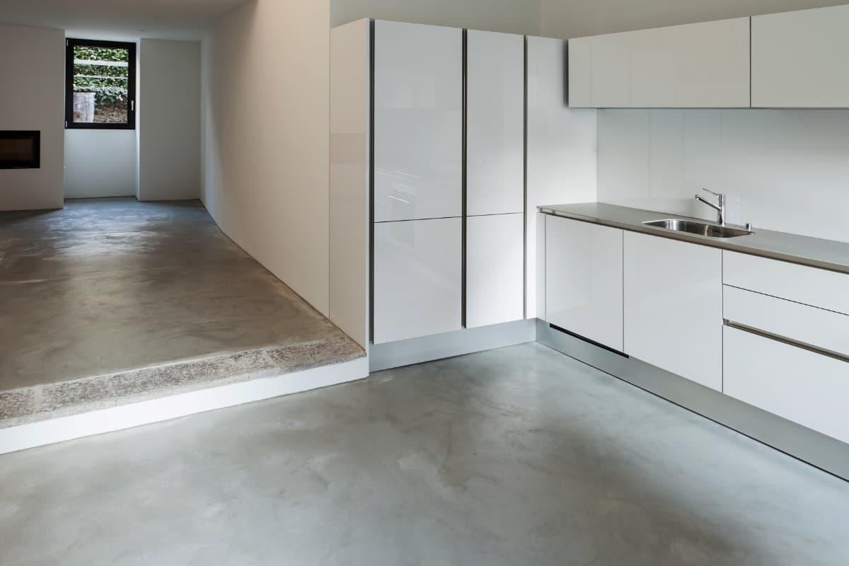 Betonvloer in de keuken: mogelijkheden en hun prijzen per m2