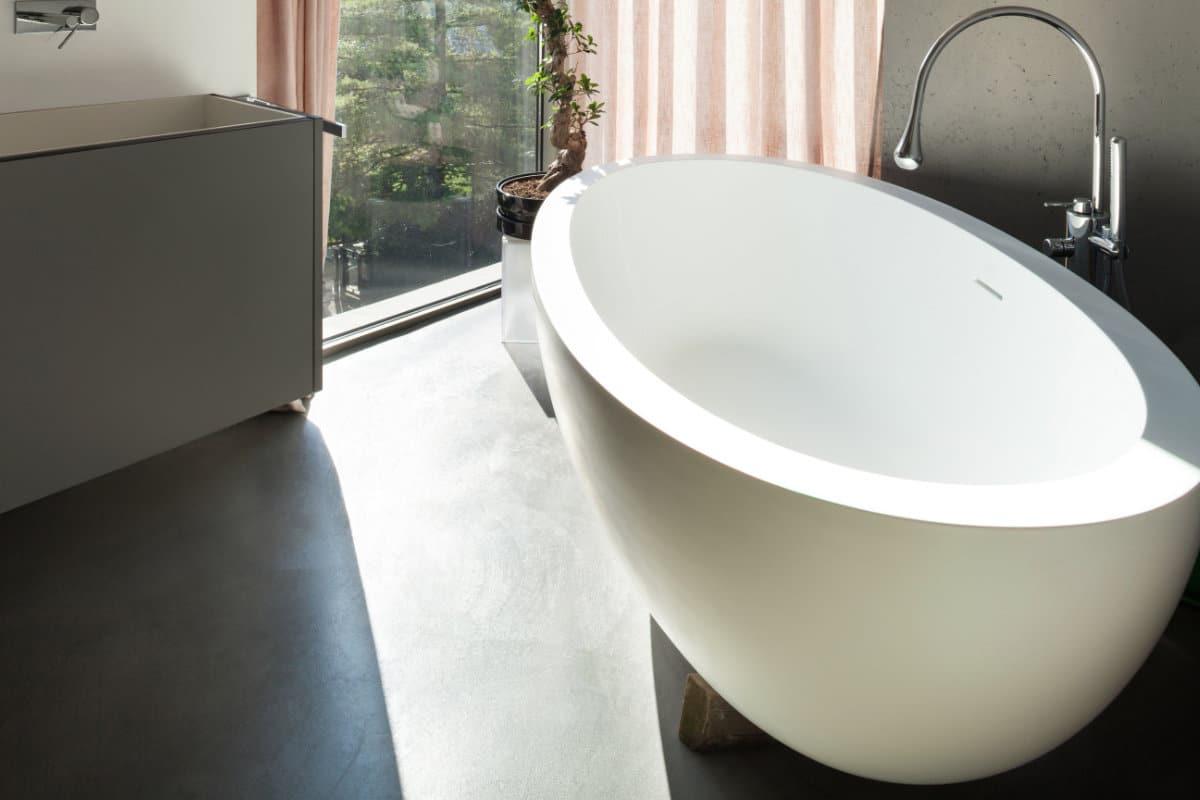 gevlinderde betonvloer badkamer
